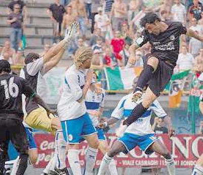 Un attacco dei giocatori veneziani sotto gli occhi dei tifosi arancioneroverdi (foto Mosca)